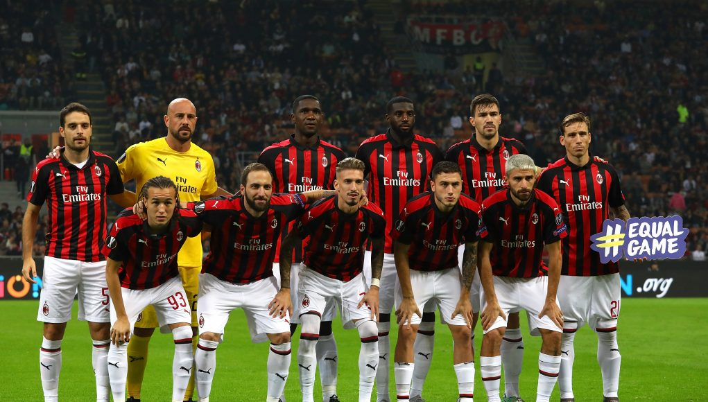MILAN, ITALY - OCTOBER 25: AC Milan team line up before the UEFA Europa League Group F match between AC Milan and Real Betis at Stadio Giuseppe Meazza on October 25, 2018 in Milan, Italy. (Photo by Marco Luzzani/Getty Images)