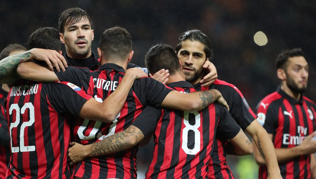 MILAN, ITALY - OCTOBER 31: Fernandez Suso #8 of AC Milan celebrates with his team-mates after scoring the opening goal during the serie A match between AC Milan and Genoa CFC at Stadio Giuseppe Meazza on October 31, 2018 in Milan, Italy. (Photo by Marco Luzzani/Getty Images)