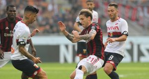 MILAN, ITALY - OCTOBER 22: Lucas Biglia (R) of AC Milan competes for the ball with Armando Izzo (L) of Genoa CFC during the Serie A match between AC Milan and Genoa CFC at Stadio Giuseppe Meazza on October 22, 2017 in Milan, Italy. (Photo by Marco Luzzani/Getty Images)