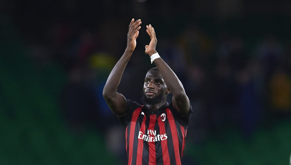 SEVILLE, SPAIN - NOVEMBER 08: Tiemoue Bakayoko of AC Milan waves to the fans after the end of the UEFA Europa League Group F match between Real Betis and AC Milan at Estadio Benito Villamarin on November 8, 2018 in Seville, Spain. (Photo by Aitor Alcalde/Getty Images)
