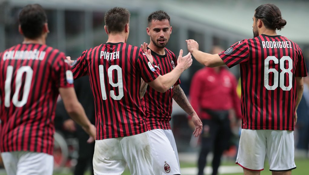MILAN, ITALY - MAY 19: Fernandez Suso of AC Milan celebrates his goal with his team-mate Krzysztof Piatek during the Serie A match between AC Milan and Frosinone Calcio at Stadio Giuseppe Meazza on May 19, 2019 in Milan, Italy. (Photo by Emilio Andreoli/Getty Images)
