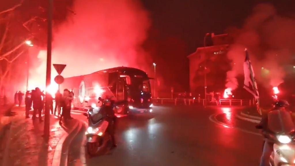 Video: Curva Sud welcome Milan's team bus with flares ahead of Lazio clash - SempreMilan